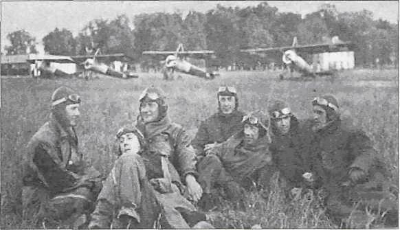 Grupa pilotów-instruktorów na lotnisku w Dęblinie