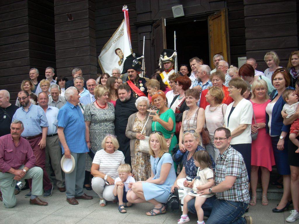 Zdjęcie zbiorowe z księdzem kanonikiem Grzegorzem Mierzejewskim w Mochowie
