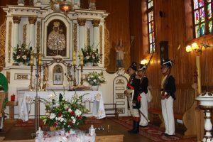 W kościele przed ołtarzem grupa rekonstrukcyjna